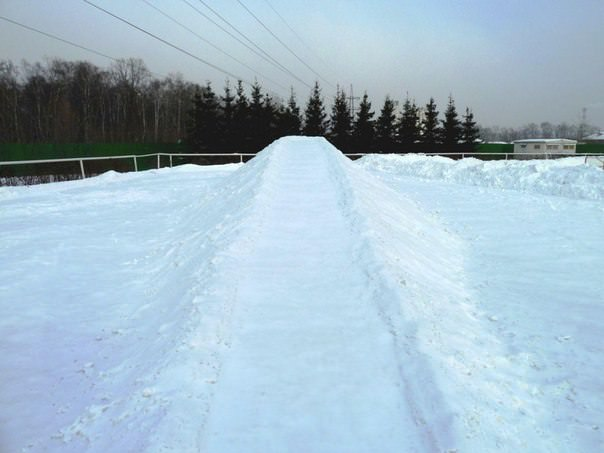 Ледяная горка из снега