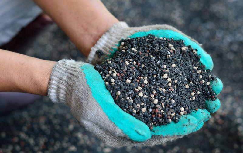 Для чего нужны азотные удобрения и как их использовать