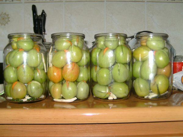 вкусные соленые зеленые помидоры в пластиковом ведре