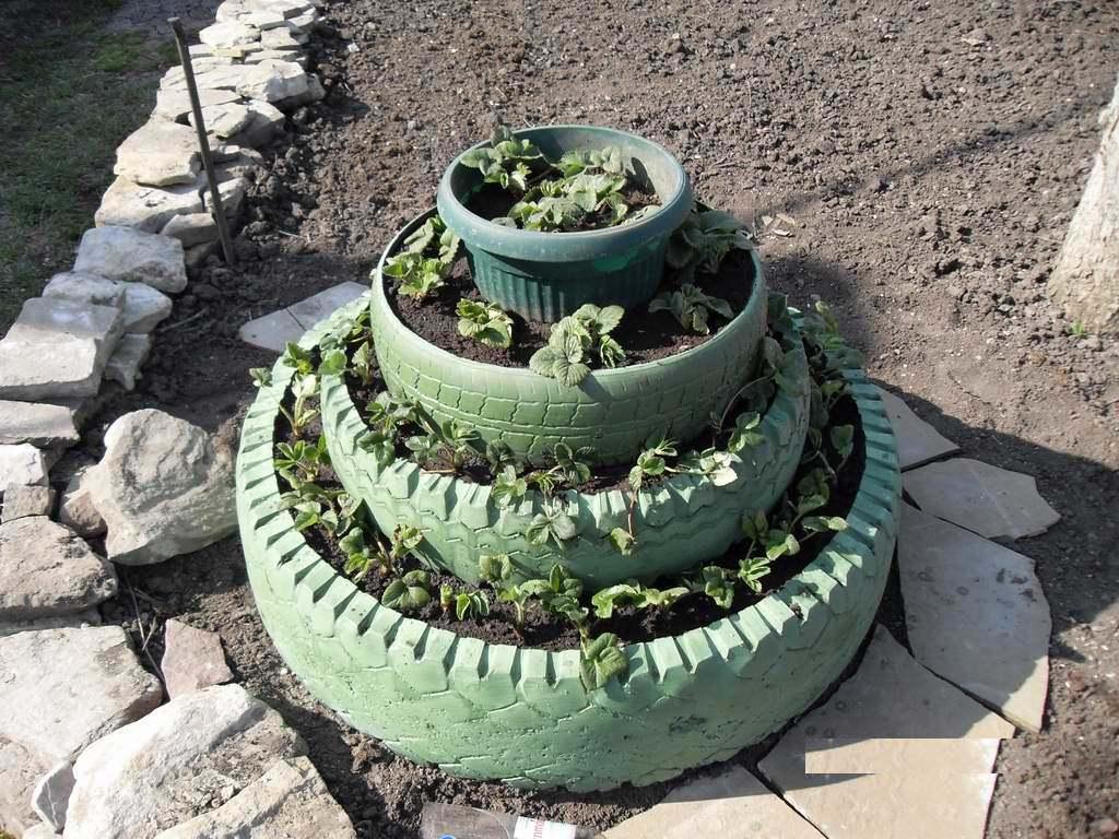 Многоярусная клумба для клубники и цветов: увеличение полезной площади